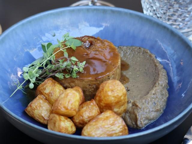 MAISON GRIZLAW Epaule d'agneau confite de Provence et son jus au foin, caviar d'aubergines brûlées 25 €