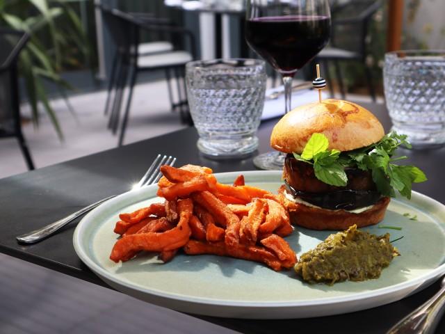 MAISON GRIZLAW Hamburger d'agneau confit aux aubergines et feta d'harissa verte