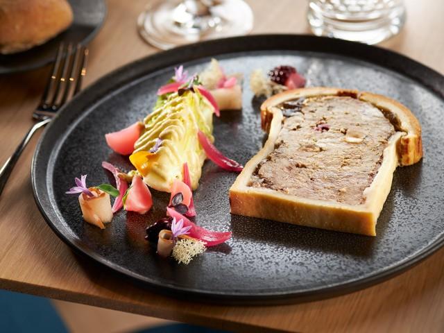 MAISON GRIZLAW Pâté en croûte de veau & volaille, pickles de fruits et légumes, salade de sucrine