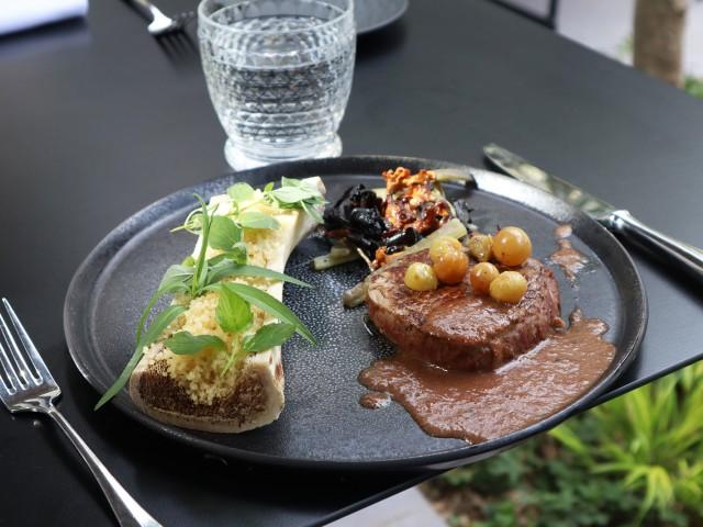 MAISON GRIZLAW Pièce de bœuf grillée semoule à la moelle épinière et raisins frais