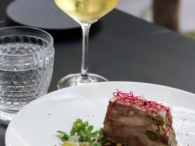 MAISON GRIZLAW Pressé de cailles au foie gras plombé aux grains de raisins frais et aux feuilles de vigne